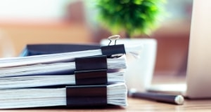 写真:求人情報が多数掲載されている紙束