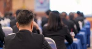 写真:会議スペースで学生が『福祉・介護の仕事説明会』に参加している様子